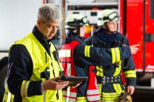 Feuerwehrmann mit Tablet-Computer