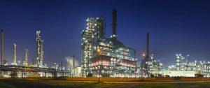 Fabrikgelände bei Nacht